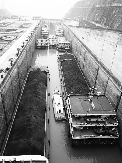 峡船闸进行过闸船舶吃水关键技术实船试验图片