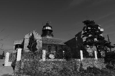 朝连岛灯塔(见上图)位于青岛港以东36海里的朝连岛
