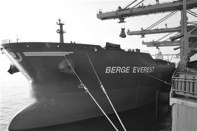 40万吨级矿石船成大连港