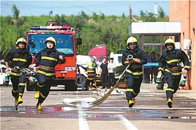 """青岛港公安局消防支队举行消防大比武,每名参赛队员都不惧""""烤""""验"""